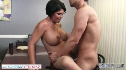 Милфа приняла на работу паренька и проверила его умения в сексе