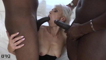 Анальный секс и двойное проникновение зрелая дама получила от негров