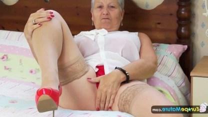Бабушка зарабатывает славу на старости лет мастурбируя пизду на кастинге
