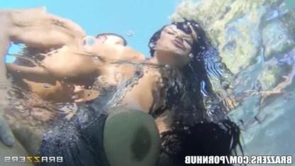 Латинская милфа познает всё удовольствия подводного секса с молодым парнем