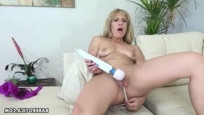Милфа засунула себе колготки в пизду и стала мастурбировать при помощи вибратора