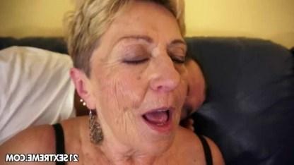 Мужчине нравится дряблость кожи у страстной бабушки и он ее трахает