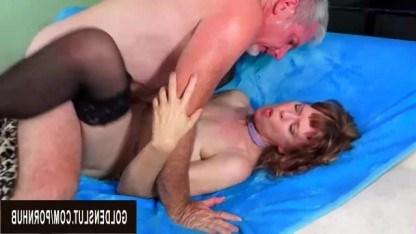 Мужик поздравляет свою зрелую женщину с днем рождения в безумном сексе