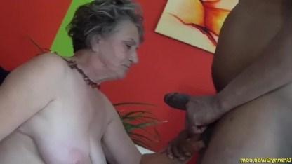 На старости лет бабушка решила исполнить свою мечту и поебалась с негром
