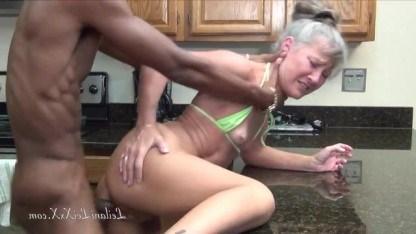 На старости лет зрелая бабка поняла, что обожает ебаться с сильными неграми