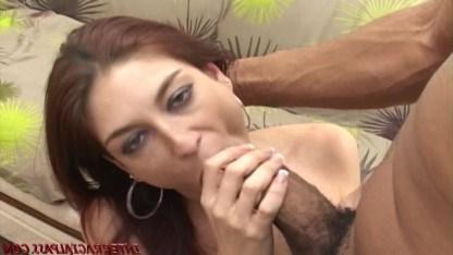 Огромный болт негра пришелся по вкусу зрелой женщине и она трахнулась с ним