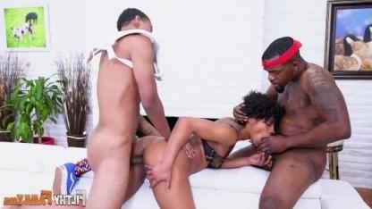 Отец учит сына трахаться практикуясь на сводной матери в групповом сексе
