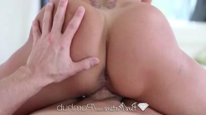 Поцелуи в ванной завели зрелую девушку Brandi Love на очень нежный секс с парнем