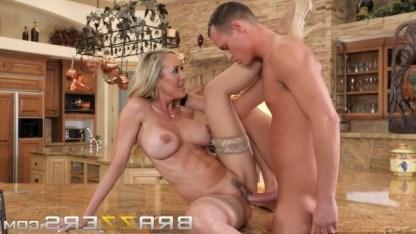 Сисястая милфа Брэнди Лав шалит с молодым любовником на кухне