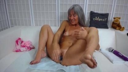 Старушка хочет узнать что такое оргазм во время климакса и дрочит себе