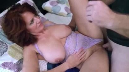 Сыну пришлось трахнуть мать, чтобы она перестала мастурбировать