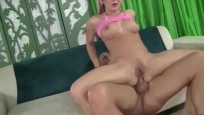 Только упругая попка зрелой блондинки порадовала мужика анальным сексом