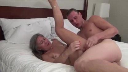 В первый раз повелся на сексуальную бабулю и стал первенцем в ее киске