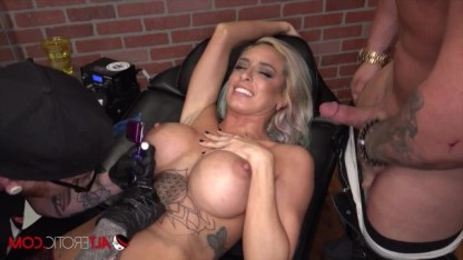 В тату салоне зрелая дама трахается при татуировщике с мощным мужиком