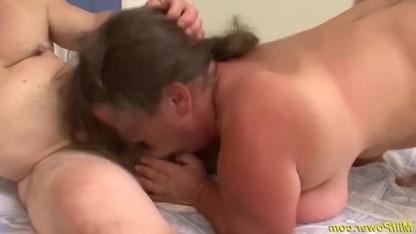 Веселые мужики вдвоем ебут зрелую карлицу и наслаждаются экзотическим сексом