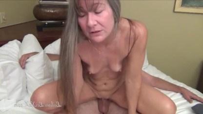Возраст зрелой дамы Лэйлани не пугает парня и он ее смачно трахает в киску