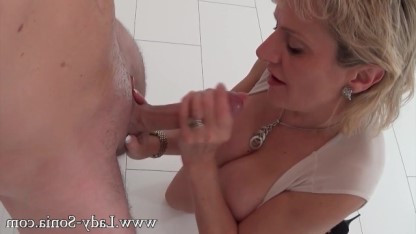 За хорошие чаевые зрелая дама делает клиенту клевый минет после массажа