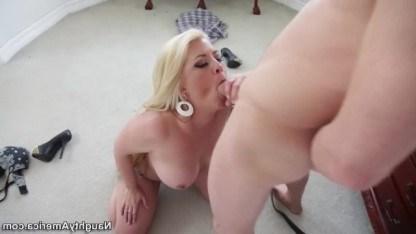 Зрелая блондинка отучила парня от подглядывания за девушками крутым сексом