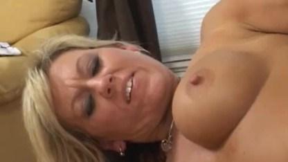Зрелая блондинка Шенин Бланк нашла общий язык с парнем с помощью траха