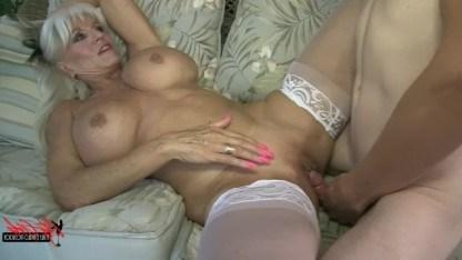Зрелая дама не умеет симулировать и показывает натуральный оргазм от анала