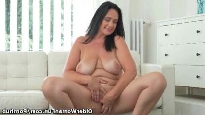 Зрелая дама пришла на кастинг и показала всему миру свое умение мастурбировать