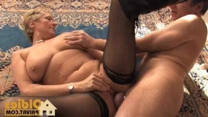 Зрелая дама улеглась на пол и после кунилингуса трахнулась с мужиком