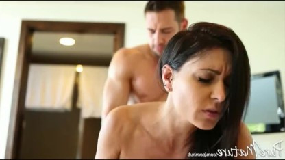 Зрелая Джессика Джеймс надела на клитор пирсинг для большей ощутимости в сексе