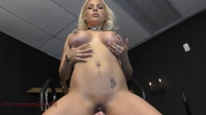 Зрелая госпожа издевается над своим рабом и заставляет его лизать обе дырочки