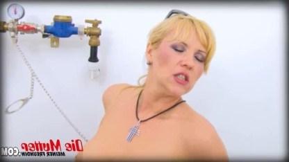 Зрелая госпожа сжалилась над рабом и присела на его твердый член