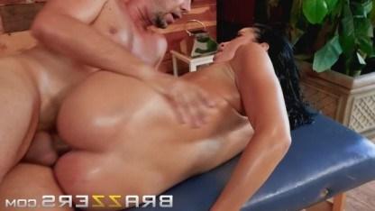 Зрелая милфа завелась от массажа и занялась еблей с мужиком прямо на кушетке