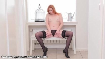 Зрелая рыжуха обходиться без мужика ежедневно мастурбируя пизденку