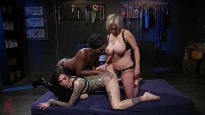 Зрелые лесбиянки взяли брюнетку в сексуальное рабство и устроили жесткий БДСМ