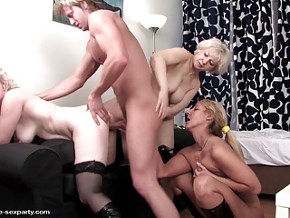 Зрелые блондинки затеяли групповуху и сняли молодого парня